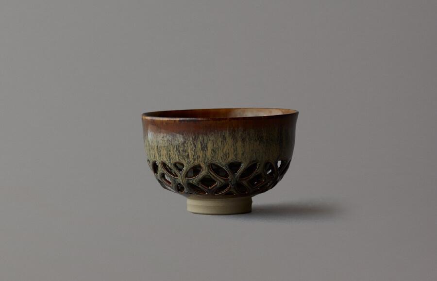 高取七宝透茶盌(黄釉に黒流し)